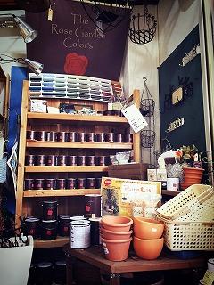 奈良店はローズガーデンカラーズをはじめ、かわいい雑貨も販売。
