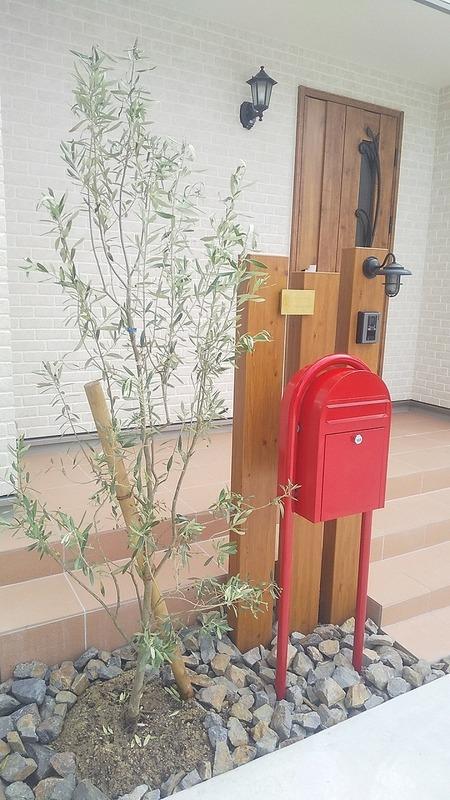 赤いポストとオリーブの木 京都 奈良 エクステリア&ガーデンルーチェ生駒店.jpg
